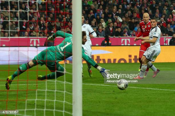 Arjen Robben of Muenchen scores the 4th team goal against Kyriakos Papadopoulos of Schalke and his keeper Ralf Faehrmann during the Bundesliga match...