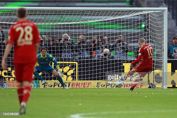 Arjen Robben of Muenchen scores the fisrt team goal with a penalty against Roman Weidenfeller keeper of Dortmund during the DFB Cup final match...