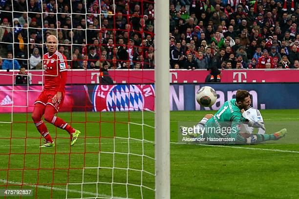 Arjen Robben of Muenchen scores the second team goal against Kyriakos Papadopoulos of Schalke and his keeper Ralf Faehrmann during the Bundesliga...