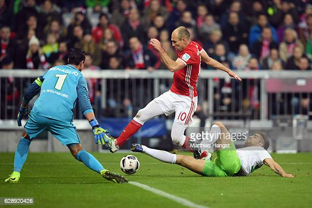 Arjen Robben of Muenchen tries to score against goalkeeper Diego Benaglio and Ricardo Rodriguez of Wolfsburg during the Bundesliga match between...