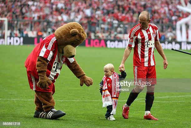 Arjen Robben of Munich and son Luka and mascot Bernie