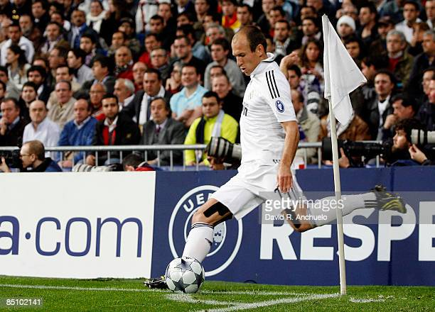 Arjen Robben of Real Madrid executes a corner kick during the UEFA Champions League First Knockout Round First Leg match between Real Madrid and...