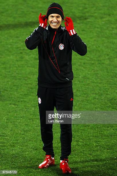Arjen Robben smiles during a Bayern Muenchen training session at Artemio Franchi Stadium on March 8 2010 in Florence Italy Muenchen will face FAC...