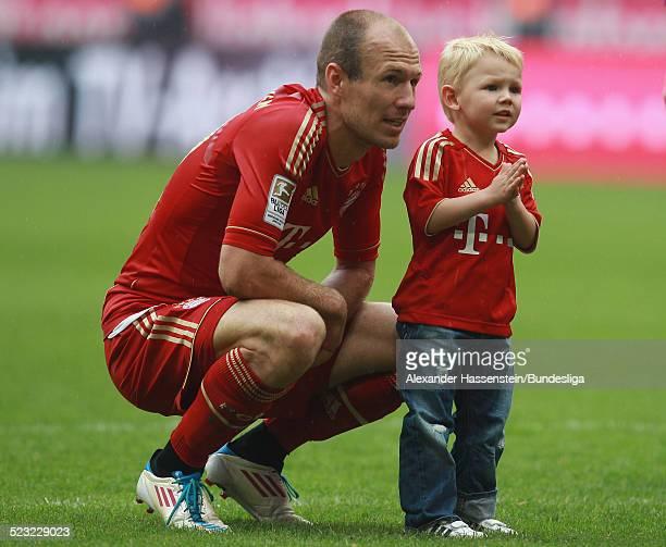 Arjen Robben von Muenchen mit seinem Sohn Luka nach dem Bundesliga Spiel zwischen FC Bayern Muenchen und VfB Stuttgart in der Allianz Arena am 14 Mai...