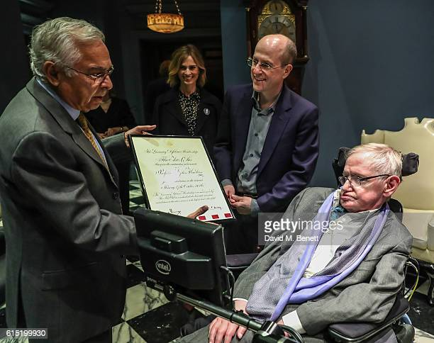 Arjun Waney Jerome Gauntlett and Stephen Hawking attend a dinner at The Arts Club in honour of the Club presenting Professor Stephen Hawking with the...