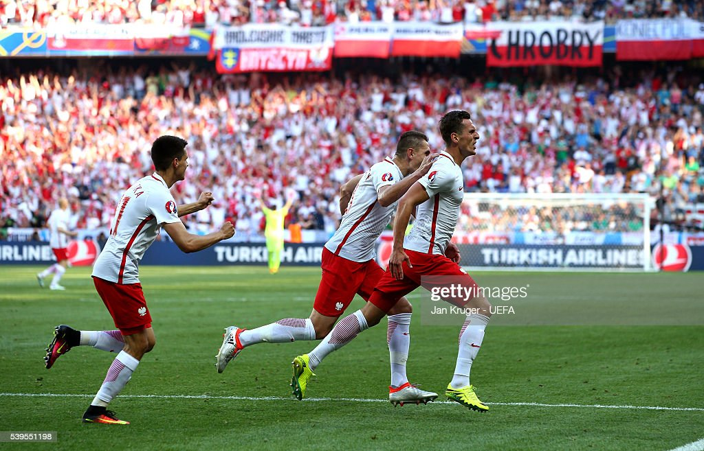 Arkadiusz Milik (R) of Poland celebrates scoring his team's first goal with his team mates during the UEFA EURO 2016 Group C match between Poland and Northern Ireland at Allianz Riviera Stadium on June 12, 2016 in Nice, France.