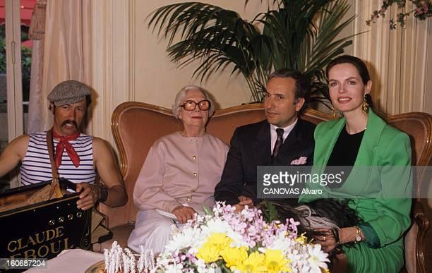 Arletty And Her Perfume Atmosphere France Paris mai 1989 dans le restaurant 'le Hameau d'Auteuil' l'actrice ARLETTY présente son parfum nommé...