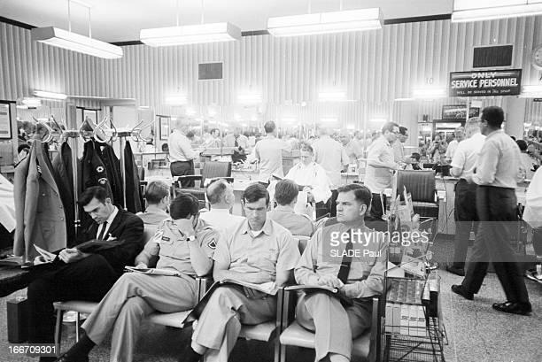 Arlington Pentagon Aux EtatsUnis le 29 mai 1970 dans les locaux du Pentagone à Arlington dans un salon de coiffure des employés en uniforme ou...