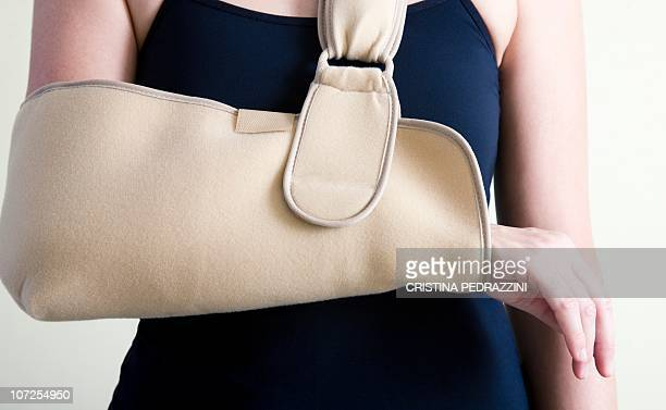 arm in a sling - arm sling stock pictures, royalty-free photos & images