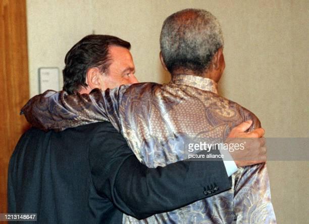 Arm in Arm laufen Bundeskanzler Gerhard Schröder und der ehemalige Präsident der Republik Südafrika, Nelson Mandela, am 9.9.1999 in Berlin in...