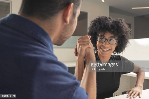 arm wrestle - femme entre deux hommes photos et images de collection