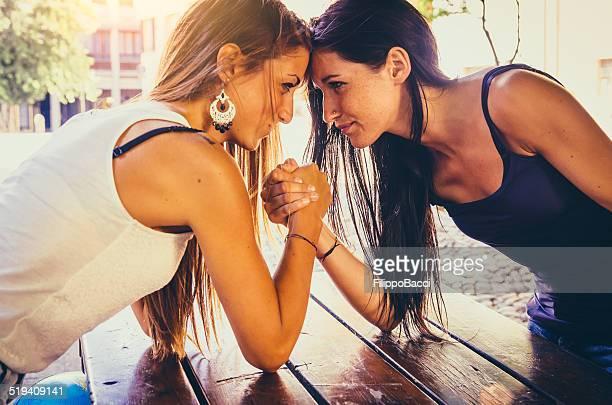 腕相撲 2 つの美しい若い女性の