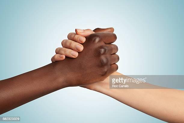 arm wrestling - preconceito racial imagens e fotografias de stock