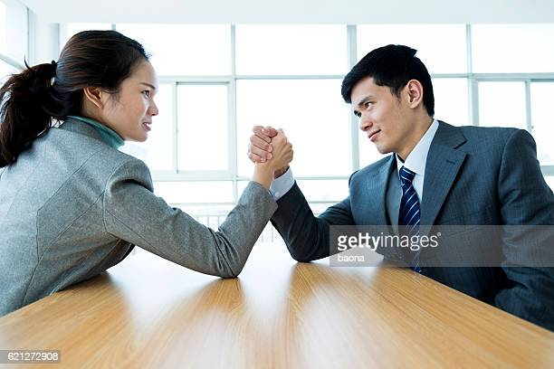 arm wrestling - female wrestling holds stockfoto's en -beelden