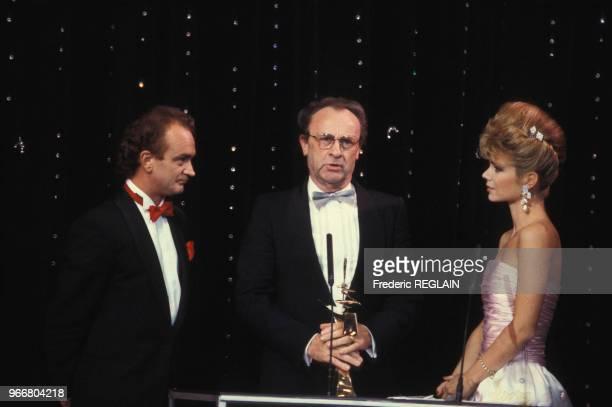 Armand Jammot entouré d'Alain GillotPétré et Karen Cheryl lors de la cérémonie de remise des 7 d'Or de l'audiovisuel le 26 octobre 1985 à Paris France