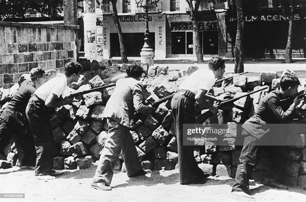 Civilians Man a Barricade : News Photo