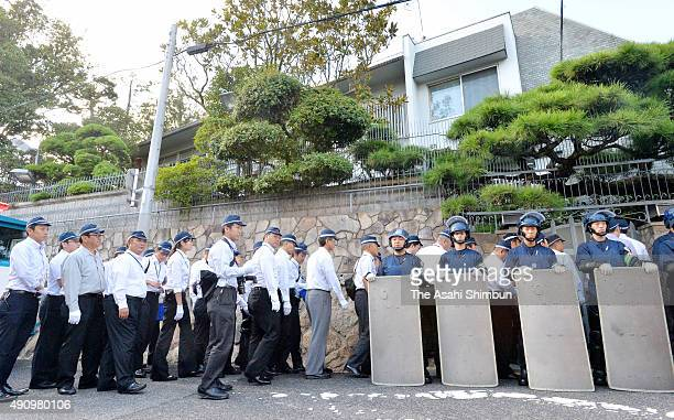 Armed police stand guard while investigators enter the headquarters of the Japan's largest Yakuza organization 'YamaguchiGumi' on October 2 2015 in...