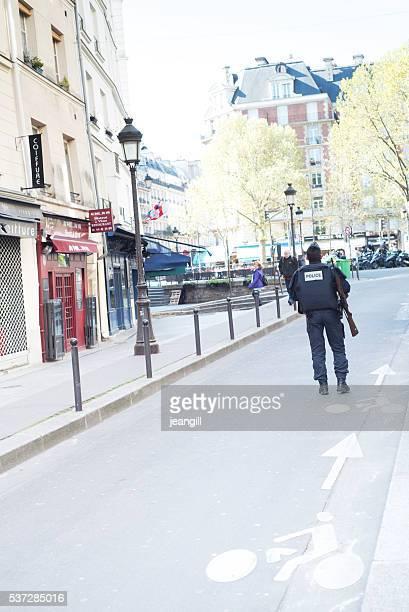 Police armée dans le centre-ville de Paris