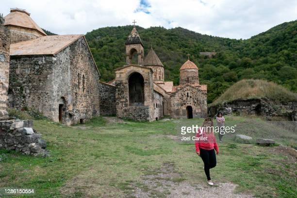 armeni in visita al monastero di dadivank nel karabakh (distretto di kalbajar in azerbaigian) - nagorno karabakh foto e immagini stock