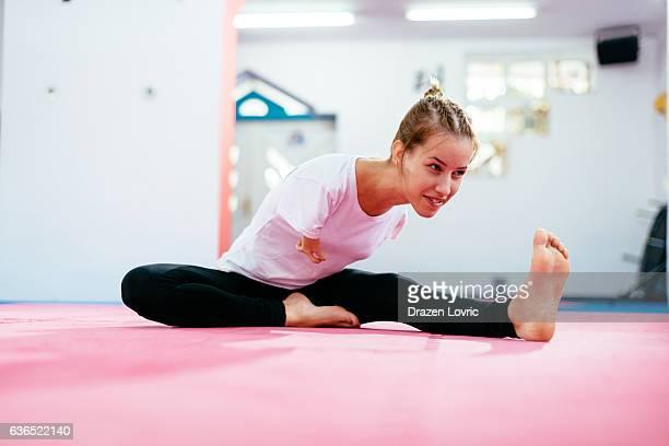 armless sportswoman warming up for martial arts training - amputee woman stock-fotos und bilder