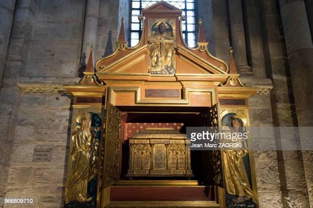 Armoire de la châsse de saint Asciscle et sainte Victoire, dans le Tour des Corps Saints et les boiseries reliquaires de style baroque du...