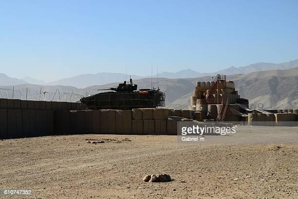 armored tank at military battlefield - batalha guerra - fotografias e filmes do acervo