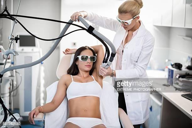axila depilación tratamiento - depilacion laser fotografías e imágenes de stock