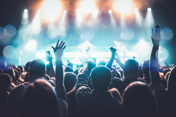 arms raised concert - sala concerti foto e immagini stock