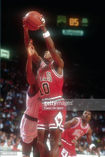 J Armstrong of the Chicago Bulls goes up to shoot against the Washington Bullets during an NBA basketball game circa 1990 at the Capital Centre in...