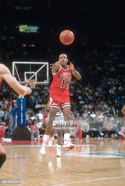 J Armstrong of the Chicago Bulls passes the ball against the Washington Bullets during an NBA basketball game circa 1990 at the Capital Centre in...