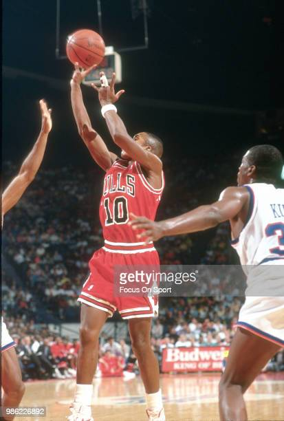 J Armstrong of the Chicago Bulls shoots against the Washington Bullets during an NBA basketball game circa 1990 at the Capital Centre in Landover...
