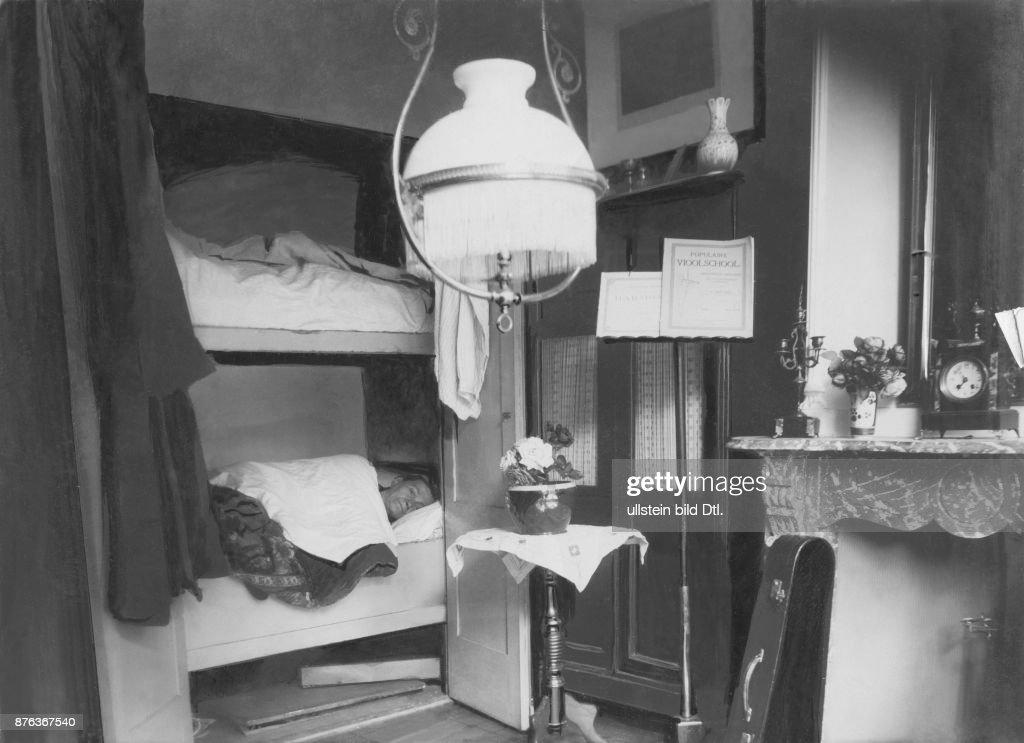 Armut Zwingt Zu Bescheidener Wohnungseinrichtung Wohnzimmer Mit Eingebautem  Schlafschrank In Rotterdam Berliner Illustrirte Zeitung 39/