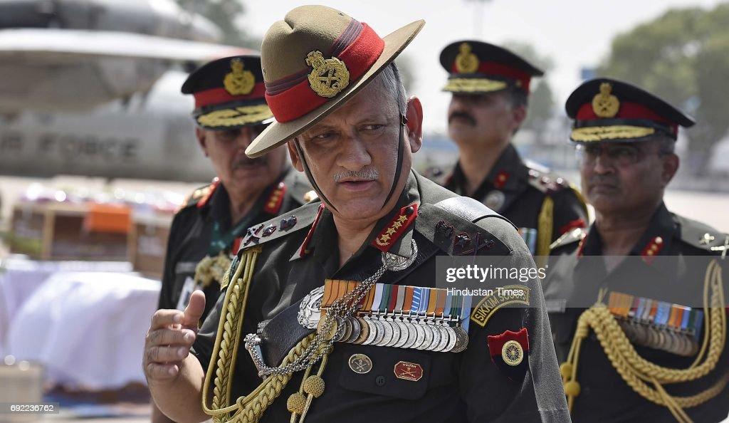 Army Chief Bipin Rawat Pays Tribute To Two Soldiers Killed In Jammu And Kashmir : Fotografia de notícias