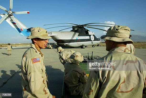 US Army heliciopter mechanics check out a Russianbuilt MI26 April 8 2002 at Bagram Air Base in Afghanistan The MI26 was flown by Russian pilots to...