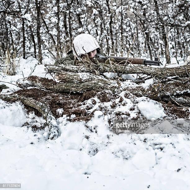 米国陸軍第 2 次世界大戦の infantry 狙撃兵狙うライフルで冬のカモフラージュ - 狙撃兵 ストックフォトと画像