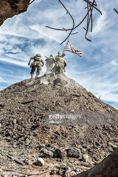 La seconde guerre mondiale, US Army National Infantry équipe revendiquent Hill avec drapeau américain