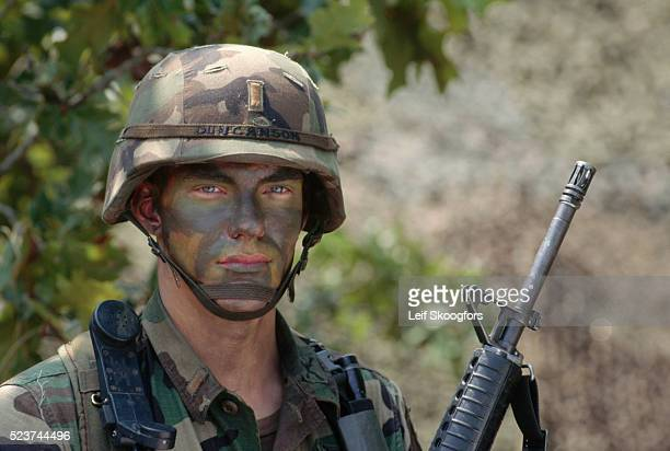 army lieutenant holding a rifle - lieutenant stock pictures, royalty-free photos & images