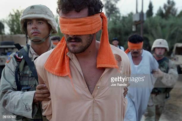 u.s. army raids home after being attacked in bayji, iraq. - joe raedle foto e immagini stock