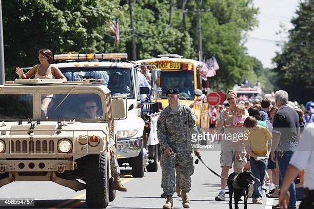 Soldat und Hund-Maskottchen Parade Marschieren 4. Juli