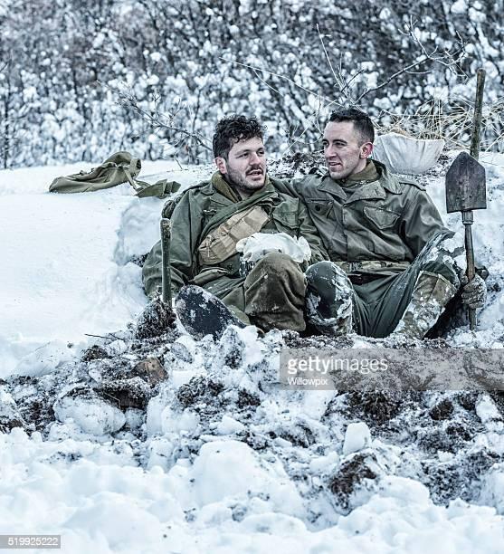 第 2 次世界大戦の米国人兵士 たこつぼ でリラックスしている