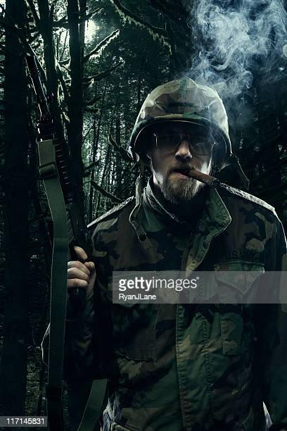 soldado no vietname selva com arma de fogo - metralhadora imagens e fotografias de stock