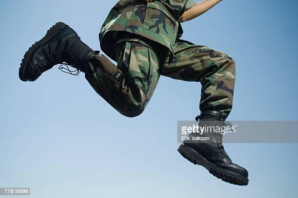 army soldier jumping - soldado ejército de tierra fotografías e imágenes de stock