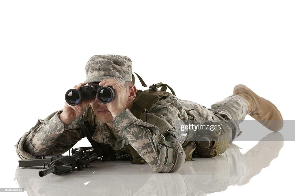 Soldat blick durch das fernglas stock foto getty images