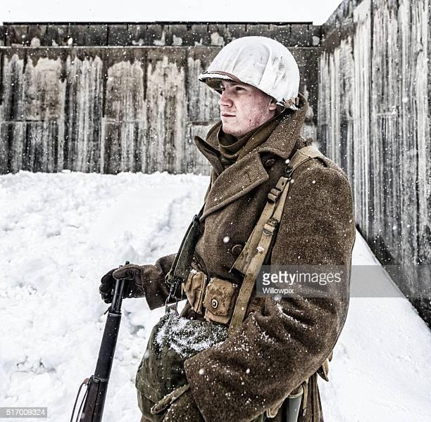 a segunda guerra mundial nos soldado em guarda no inverno concreto bunker - casaco - fotografias e filmes do acervo