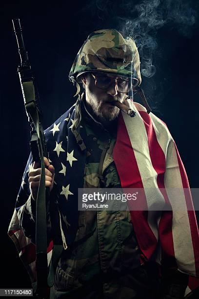 soldado com bandeira dos estados unidos da américa, arma e charuto - metralhadora imagens e fotografias de stock