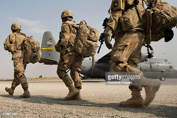 u.s. army soldiers make their way to a c-130 hercules. - military base stock pictures, royalty-free photos & images