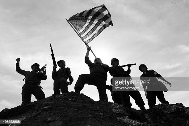 us army soldiers on hill with american flag - iwo jima stock pictures, royalty-free photos & images