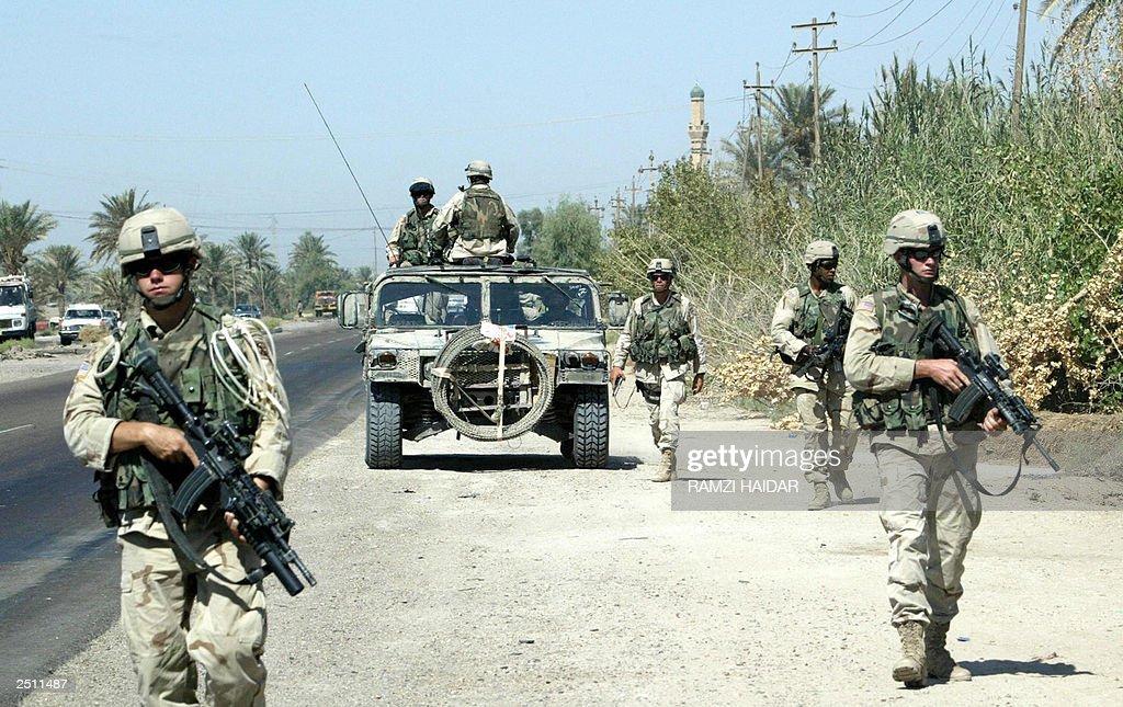 US army soldiers patrol a highway 19 Sep : Nieuwsfoto's