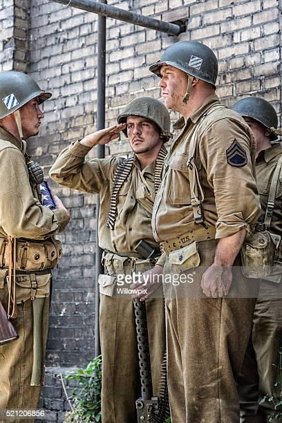 Soldats de l'armée américaine de la Seconde Guerre mondiale, drapeau américain saluant revers