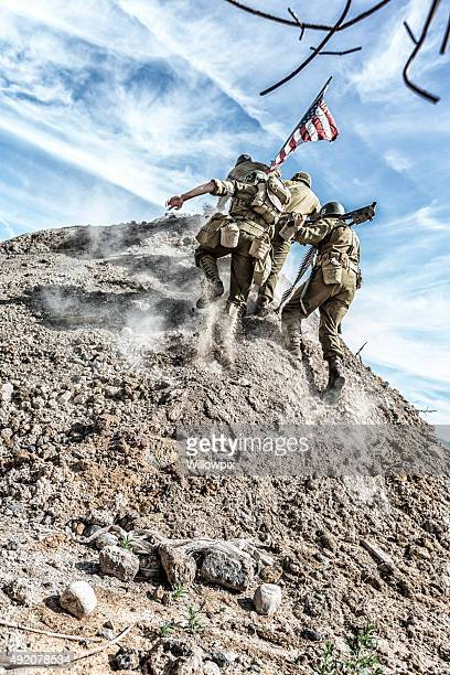 Soldats de l'armée américaine de la Seconde Guerre mondiale, une petite colline avec drapeau américain
